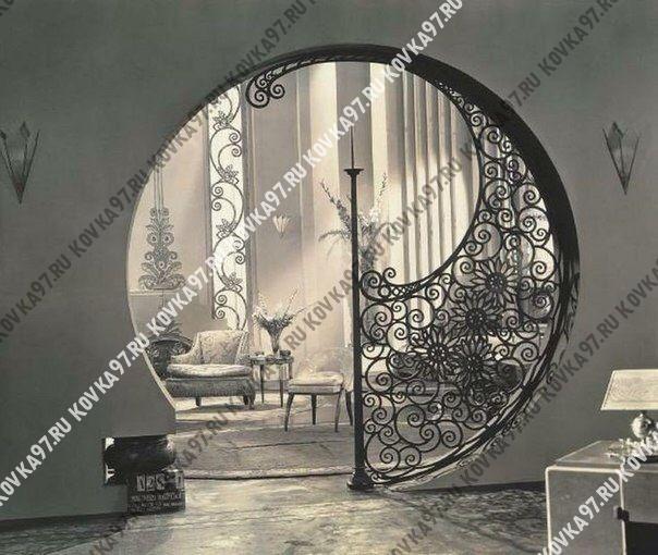 Архитектура исторических памятников, красочные домашние интерьеры и кованая мебель в прихожую фото